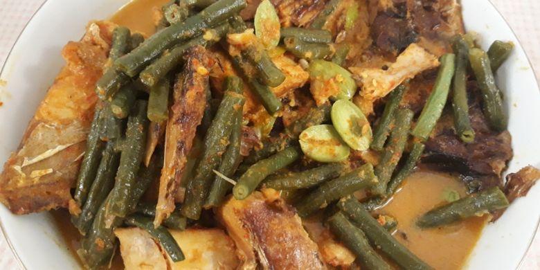 Ikan tapau khas Bengkulu yang sudah dimasak menggunakan santan, Sabtu (21/7/2018). Untuk Anda yang menjauhi kolesterol, tenang saja ikan asap ini dapat juga dimasak dengan cara tidak menggunakan santan.