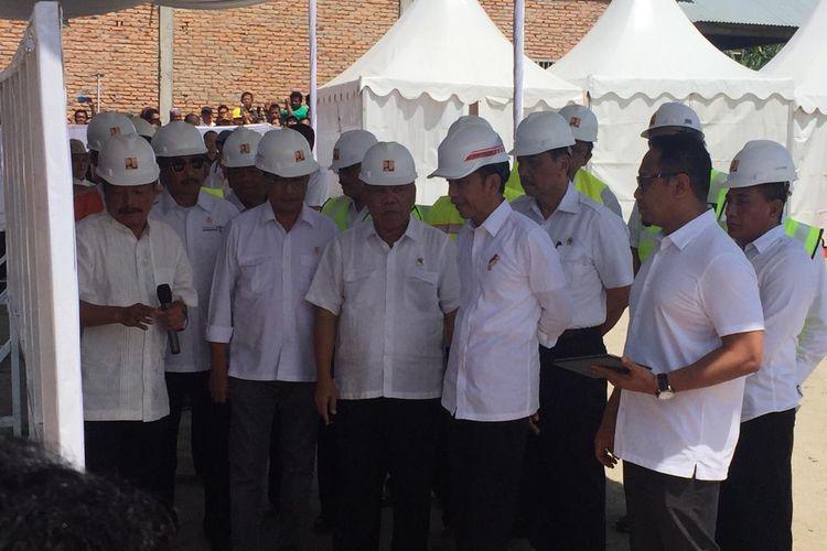 Presiden Joko Widodo saat mendengarkan penjelasan terkait sejumlah proyek infrastruktur yang dibangun gunan menunjang sektor pariwisata di kawasan Danau Toba, Sumatera Utara, Rabu (31/7/2019).