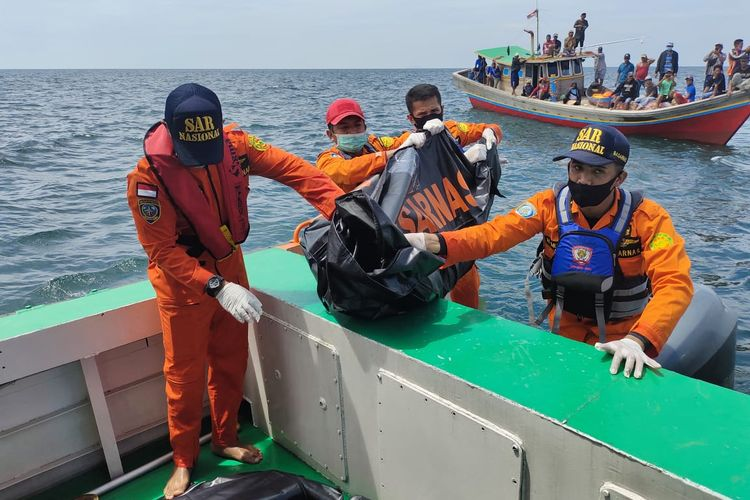 Tim SAR gabungan saat mengevakuasi 3 korban kapal tenggelam di perairan Nipah Panjang, Kabupaten Tanjab Timur Jambi