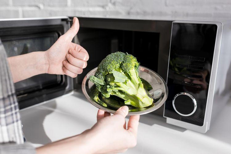 Ilustrasi memasak brokoli dengan microwave