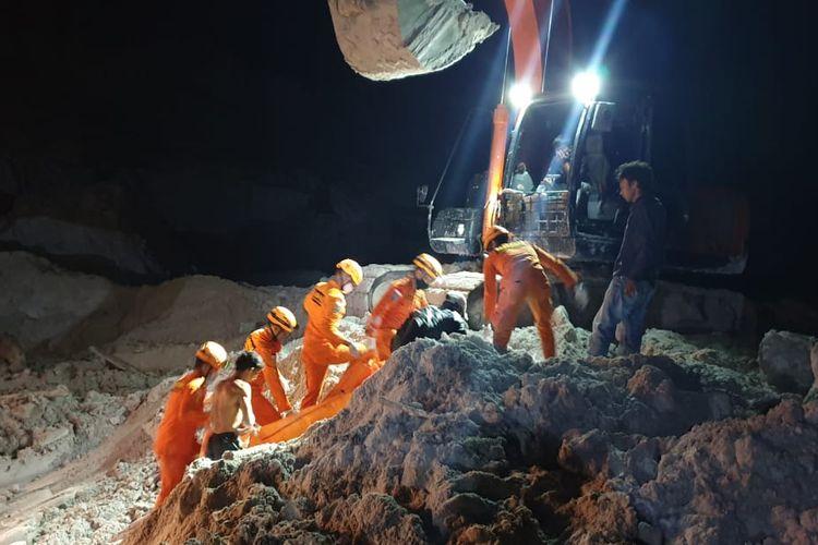 Proses evakusi enam penambang timah yang tewas di Lubuk, Bangka Tengah, Sabtu (29/8/2020).