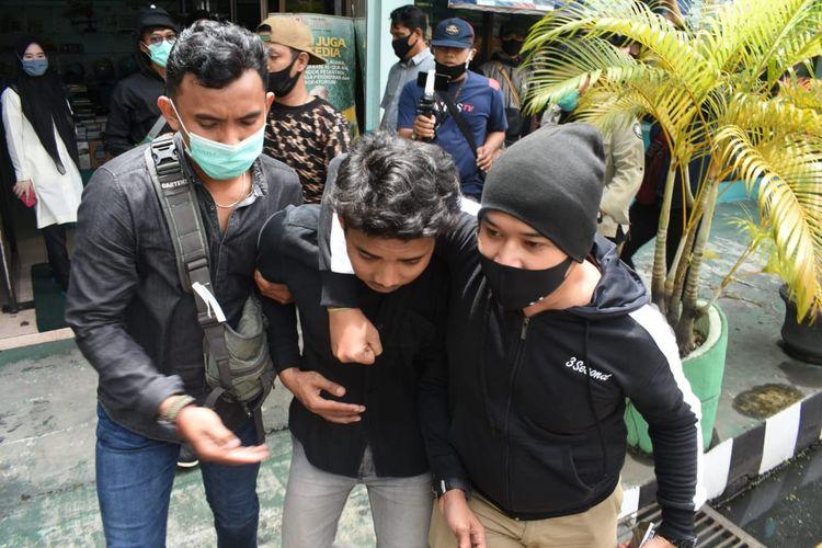 Polisi berpakaian preman berhasil mengamankan seorang pemuda yang diduga penyusup dalam aksi mahasiswa tolak Omnibus Law di Banjarmasin, Selasa (20/10/2020).