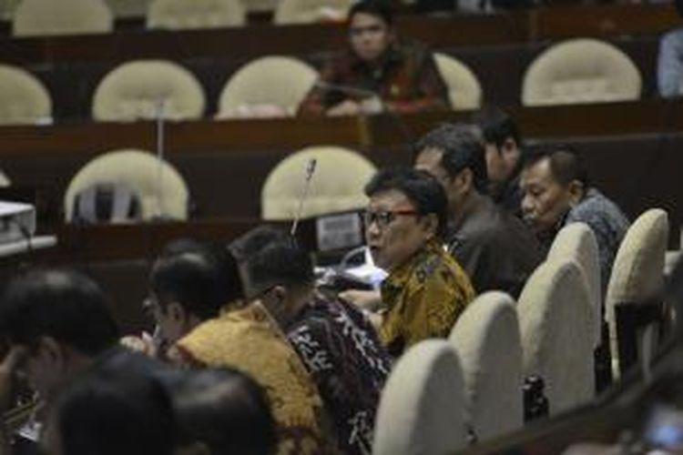 Menteri Dalam Negeri Tjahjo Kumolo saat rapat dengan anggota DPR Komisi II di Kompleks Gedung Parlemen, Jakarta, Selasa (23/6/2015). Berbagai isu strategis seperti persiapan pelaksanaan pilkada serentak, kaitan peraturan KPU mengenai petahana, dan daerah otonom baru menjadi bahasan pada rapat tersebut.