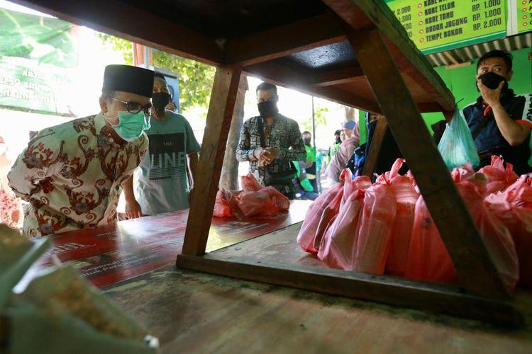 Para pekerja informas seperti ojek, pengemudi becak, PKL ultramikro, pengemudi angkutan kota bisa mendapatkan makan gratis dengan menukarkan kupon makan ke warung rakyat.