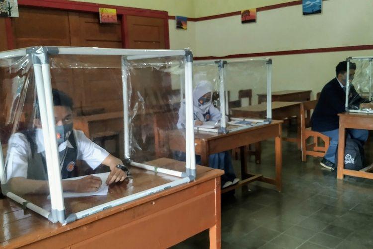 Sejumlah siswa saat simulasi belajar tatap muka dalam pandemi Covid-19 di SMAN 4 Kota Sukabumi, Jawa Barat, Rabu (8/7/2020).
