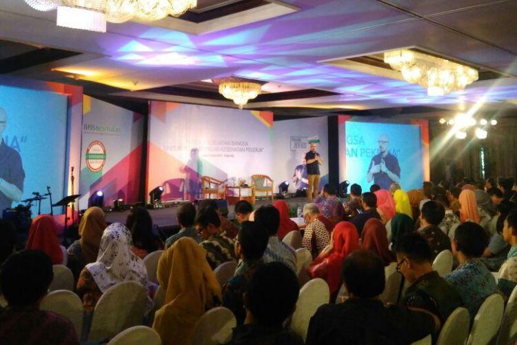 Andy F Noya tengah memandu acara Bincang-bincang BPJS Kesehatan di Tangerang, Banten, Senin (3/4/2017).