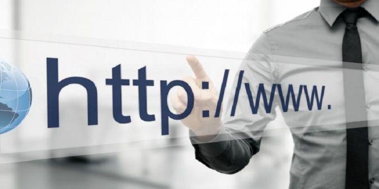 Ilustrasi seorang pekerja sedang melakukan browsing sebuah website. (123RF)