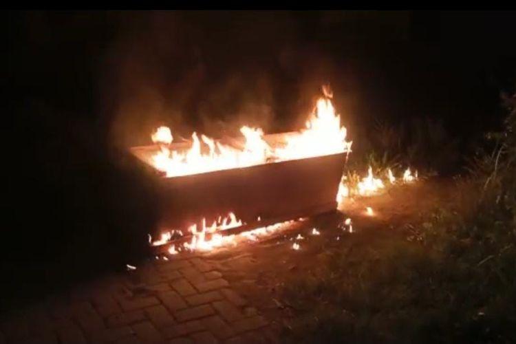 Peti jenazah pasien Covid-19 yang dibakar oleh warga Desa Kemirian Kecamatan Tamanan Kabupaten Bondowoso