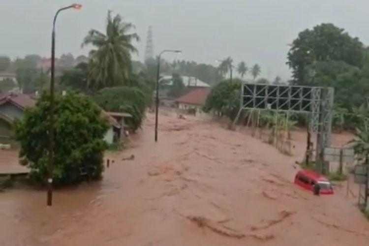 Banjir menggenangi sejumlah tempat di Kota Cilegon, Banten, Senin (4/5/2020). Banjir terjadi setelah hujan deras sejak Senin dini hari.