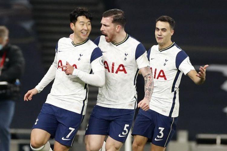 Son Heung-min (kiri) dan rekan setimnya merayakan gol pada pertandingan Tottenham vs Arsenal pada lanjutan pekan ke-11 Liga Inggris di Stadion Tottenham Hotspur, Minggu (6/12/2020) malam WIB.