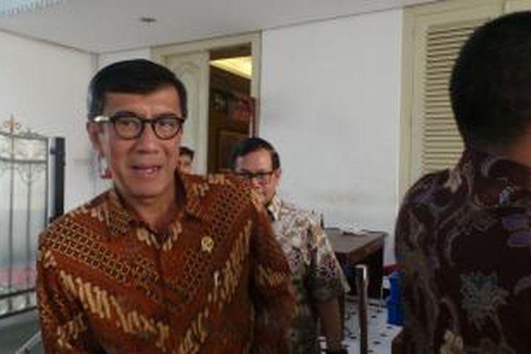 Menteri Hukum dan HAM Yasonna H Laoly dan politisi PDI-P Pramono Anung saat tiba di istana kepresidenan, Jumat (16/1/2015).