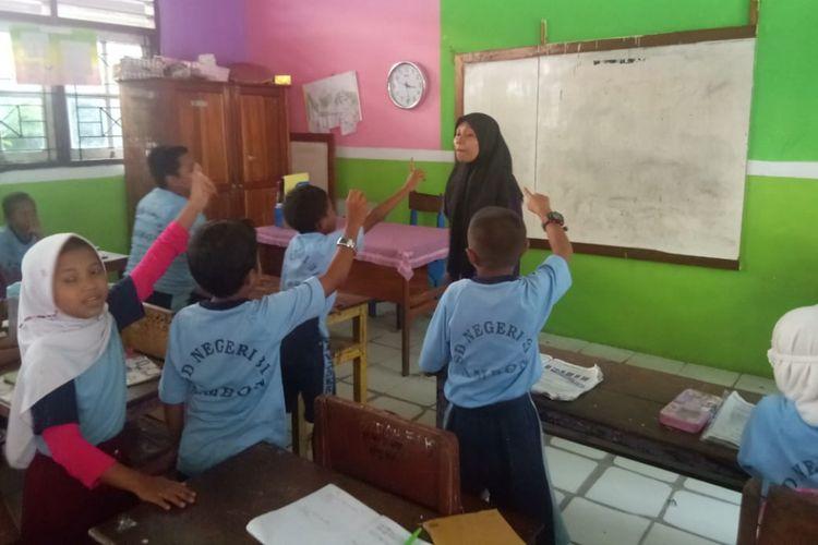 Tim relawan dari Yayasan Heka Leka memberikan bimbingan kepada siswa SD Negeri 31 di kawasan Batu Merah Dalam, Kecamatan Sirimau, Ambon, Maluku.