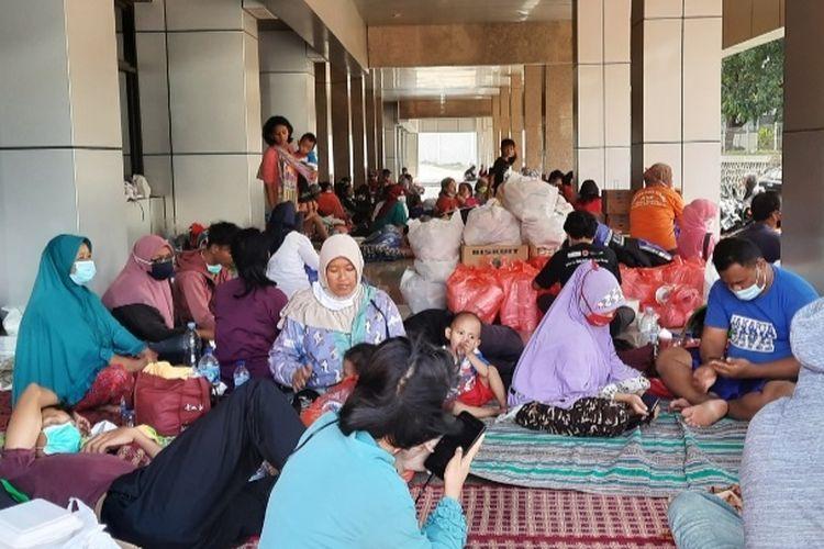 Portrait of internally displaced people (IDP) post for flood victims of Cipinang Melayu residents at Borobudur University, Sunday, February 21.