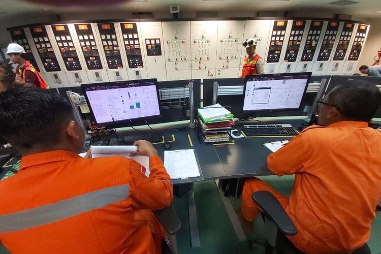 Petugas PLN Unit Induk Distribusi Bali tengah memantau kondisi pasokan listrik di ruang monitor, Rabu (26/6/2019