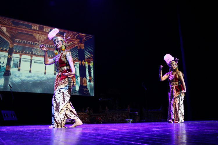 Duta Besar Esti Andayani bersama maestro tari Indonesia, Nungki Kusumastuti.menarikan tarian Yogyakarta, Golek Putri saat pembukaan Resepsi Diplomatik dan Pertunjukan Seni Budaya Indonesia yang dikelar Kedutaan Besar RI di Roma di gedung Teatro Argentina,  Italia, pada Senin (28/10/2019).