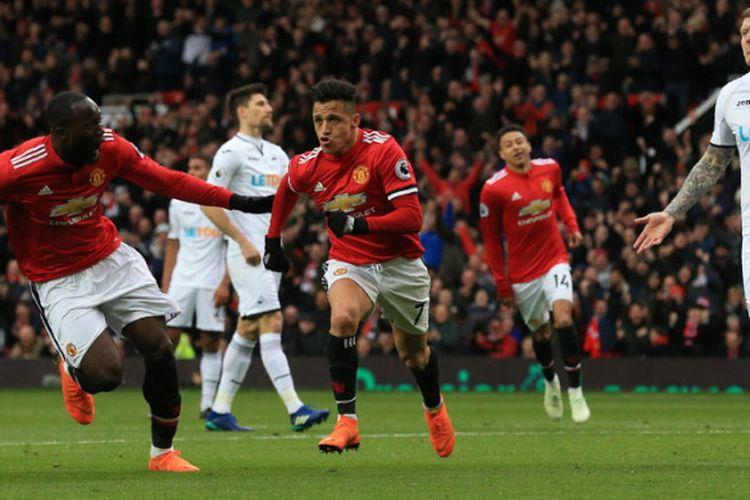 Selebrasi penyerang Manchester United, Alexis Sanchez (tengah), saat merayakan gol yang ia cetak ke gawang Swansea City dalam laga Liga Inggris 2017-2018 di Stadion Old Trafford, Manchester, Inggris, pada Sabtu (31/3/2018).