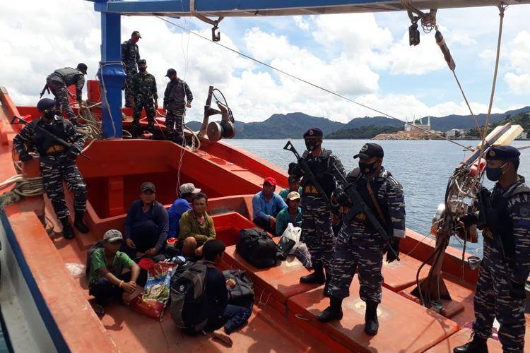 Sejumlah prajurit TNI AL tengah menjaga satu kapal asing berbendera Vietnam yang berhasil diamankan setelah diduga melakukan penangkapan ikan secara ilegal di Perairan Laut Natuna Utara, Kepulauan Riau, Minggu (23/8/2020).