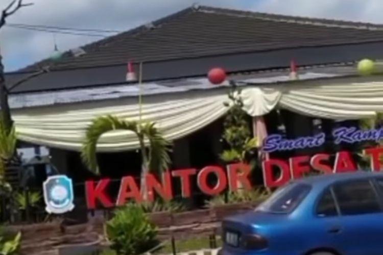 Tangkapan layar video hajatan digelar di Balai Desa di Banyuwangi, saat PPKM Darurat.