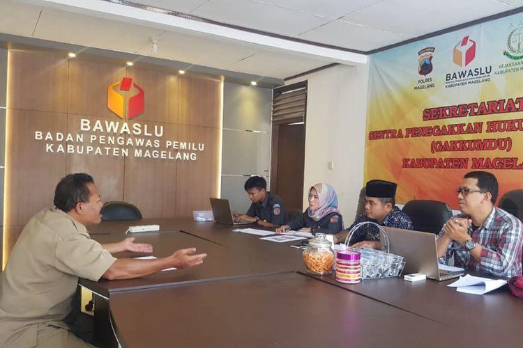Petugas Bawaslu Kabupaten Magelang sedang meminta keterangan dua oknum perangkat desa di Kecamatan Secang, yang diduga ikut terlibat kampanye salah satu caleg, Kamis (7/2/2019).