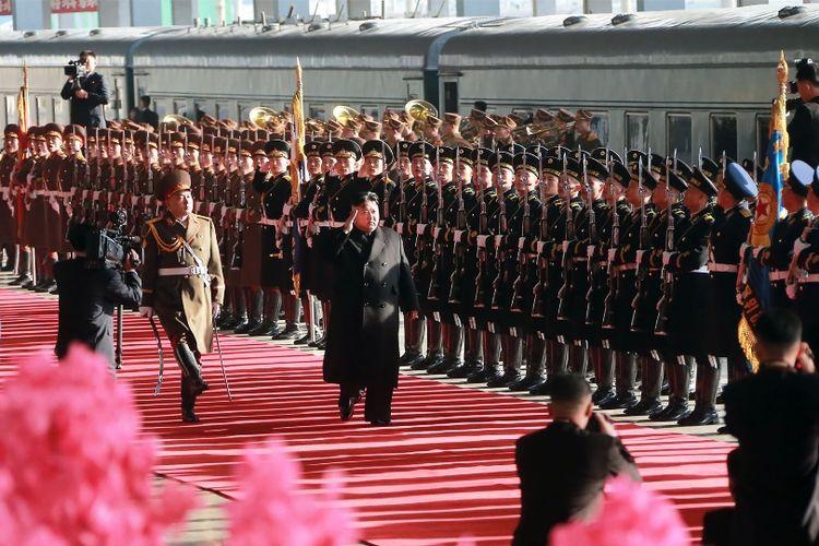 Foto bertanggal 23 Februari 2019 yang dirilis media Korea Utara pada Minggu (24/2/2019), menunjukkan saat Pemimpin Korea Utara Kim Jong Un hendak menaiki kereta di Stasiun Pyongyang, yang akan membawanya ke Vietnam, untuk menghadiri pertemuan dengan Presiden AS Donald Trump.