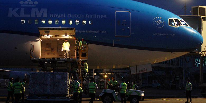 Pekerja kargo menurunkan kontainer berisi vaksin Covid-19 AstraZeneca dari atas pesawat setibanya di Bandara Internasional Soekarno Hatta, Tangerang, Banten, Senin (8/3/2021). Sebanyak 1.113.600 vaksin virus corona (Covid-19) jadi asal perusahaan farmasi Inggris 'AstraZeneca' tiba di Indonesia melalui skema kerja sama multilateral Aliansi Global untuk Vaksin dan Imunisasi (GAVI) COVAX Facility yang selanjutkan akan diproses di Bio Farma, Kota Bandung.