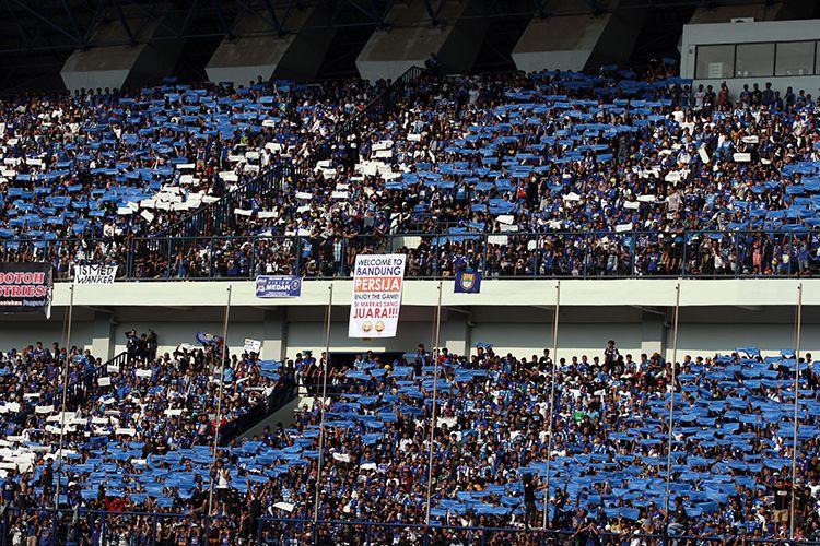 Bobotoh memberikan dukungan kepada Persib Bandung di Stadion Gelora Bandung Lautan Api pada Liga 1 2018.