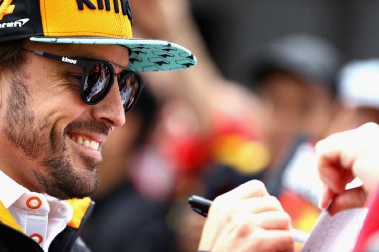 Pebalap McLaren, Fernando Alonso, memberi tanda tangan kepada penggemar jelang GP Kanada di Sirkuit Gilles Villeneuve, 7 Juni 2018.
