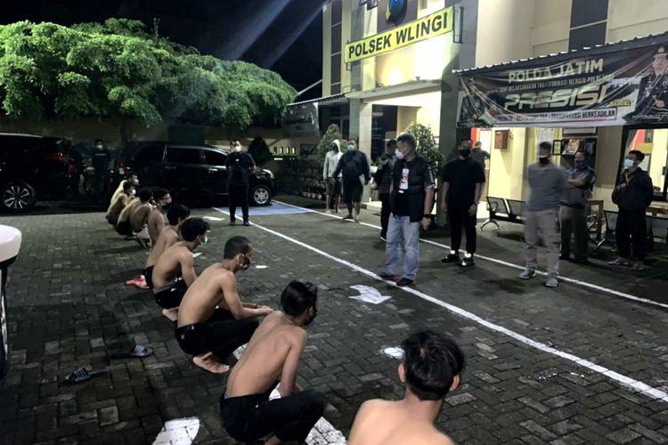 Belasan pesilat ditahan di Mapolsek Wlingi, Kabupaten Blitar, Jawa Timur setelah melakukan konvoi dan terlibat insiden pemukulan terhadap warga dan penjarahan makanan di warung angkringan, Sabtu malam (13/3/2021)