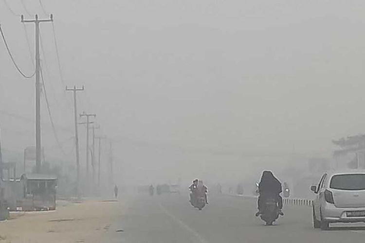 Kabut asap pekat menyelimuti wilayah Kota Pekanbaru, Riau, akibat karhutla pada bulan September 2019.
