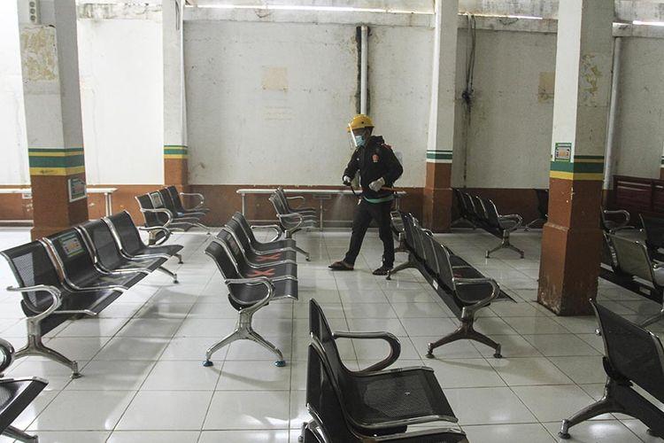 Petugas menyemprotkan cairan disinfektan untuk sterilisasi di Pengadilan Negeri Palembang, Sumatetera Selatan, Rabu (13/1/2021). Pengadilan Negeri Palembang ditutup selama satu pekan ke depan, mulai 13 hingga 19 Januari, setelah seorang Panitera Muda dan Hakim dinyatakan positif terpapar Covid-19.