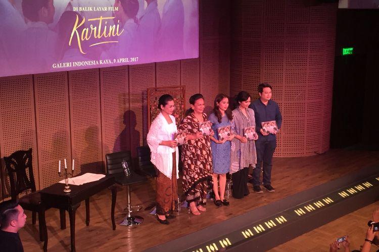 Para pemain dan produser menghadiri perilisan buku Di Balik Layar Film Kartini di Galeri Indonesia Kaya (GIIK), Grand Indonesia, Thamrin, Jakarta Pusat, Minggu (9/4/2017).