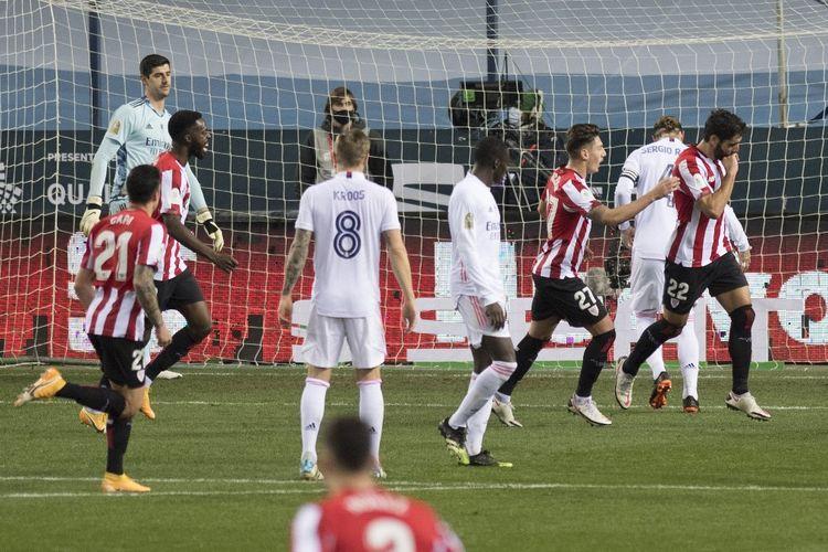 Penyerang Athletic Bilbao Raul Garcia (kanan) merayakan golnya ke gawang Real Madrid pada laga semifinal Piala Super Spanyol di Stadion La Rosaleda, Kamis (14/1/2021) atau Jumat dini hari WIB.