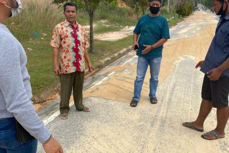 Kanit Reskrim Polsek Tampan Iptu Noki Loviko bersama anggotanya melakukan olah TKP pada kasus jambret yang menyebabkan korbannya tewas di Jalan Naga Sakti, Kelurahan Bina Widya, Kecamatan Tampan, Kota Pekanbaru, Riau, Sabtu (21/11/2020).