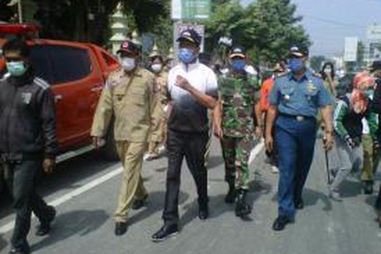 Sri sultan saat meninjau kegiatan gotong royong di jalan diponegoro Menuju tugu yogya