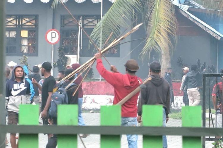 Massa membakar kantor Bupati Waropen, Papua, Jumat (6/3/2020)