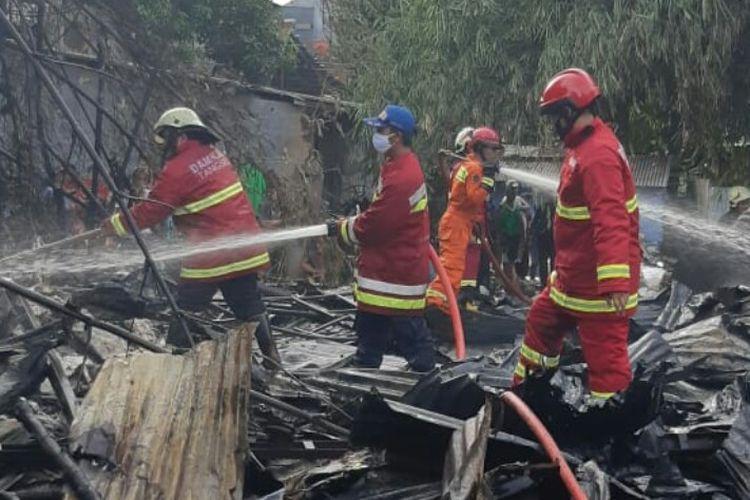 Lapak pemulung seluas sekitar 750 meter di Jalan Menjangan 1, Kelurahan Pondok Ranji Ciputat Timur, Tangerang Selatan, mengalami kebakaran, Selasa (29/12/2020) sore.   Kebakaran terjadi diduga karena api pembakaran sampah yang menyambar bangunan semi permanen tersebut.