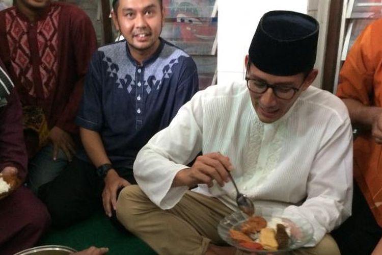 Setelah melaksanakan ibadah salat Jumat, calon wakil gubernur DKI Jakarta nomor 3, Sandiaga Uno, langsung makan bareng warga di Masjid Nurul Hidayah, Kampung Deret, Petogogan, Jakarta Selatan, Jumat (17/2/2017).