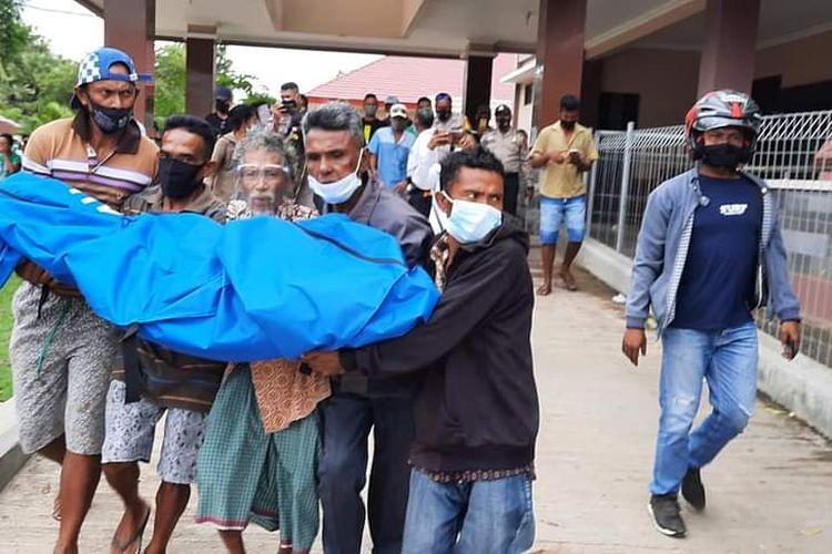 Warga Dusun Dalakunan, Desa Modosinal, Kecamatan Rote Barat Laut, kabupaten Rote Ndao, Nusa Tenggara Timur (NTT), nekat menggotong jenazah keluarga mereka berinisial DMH (80), yang meninggal di Rumah Sakit Umum Daerah (RSUD) Baa akibat Covid-19.