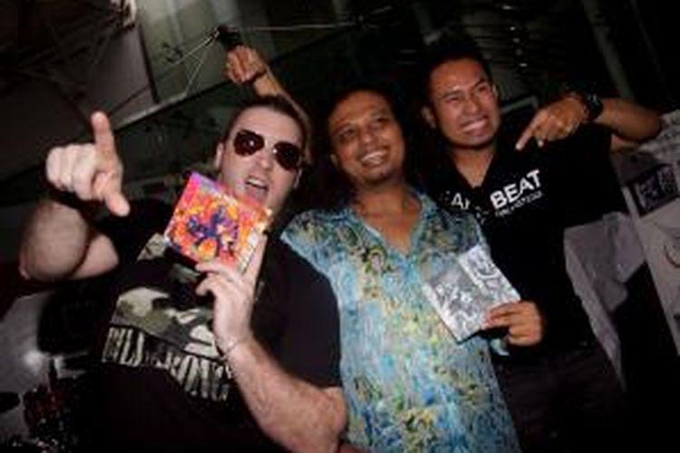 Para personel grup Gugun Blues Shelter, John Armstrong alias Jono, Muhammad Gunawan atau Gugun, dan Aditya Wibowo alias Bowie (dari kiri ke kanan) berpose dalam acara peluncuran dua album terbaru mereka, yang masing-masing berjudul Satu untuk berbagi dan Solid Ground, di Rolling Stone Cafe, Jakarta, Kamis (22/12/2011). Album Solid Ground tidak hanya dipasarkan di Indonesia, tetapi juga di AS.