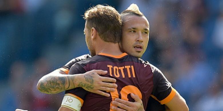 Radja Nainggolan menyalamati Francesco Totti saat bermain imbang 2-2 melawan Sassuolo, Minggu (20/9/2015).