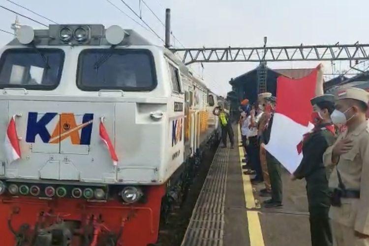 PT. Kereta Api Kereta Api Indonesia (Persero) Daerah Operasi 1 Jakarta membentangkan bendera Merah Putih saat keberangkatan KA pada Selasa (17/8/2021) pagi untuk memperingati Hari Ulang Tahun (HUT) Kemerdekaan Republik Indonesia ke- 76,