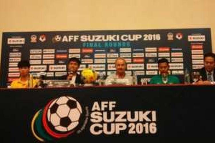 Pelatih timnas Indonesia, Alfred Riedl (tengah), saat menghadiri konferensi pers sebelum partai semifinal leg II di Hanoi, Vietnam, Selasa (6/12/2016).