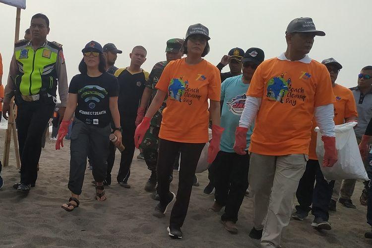 Kementerian Keuangan (Kemenkeu) menyelenggarakan kegiatan bersih-bersih di Pantai Tanjung Pasir, Desa Tanjung Pasir, Kecamatan Teluk Naga, Kabupaten Tangerang, Banten, Jumat (11/10/2019).