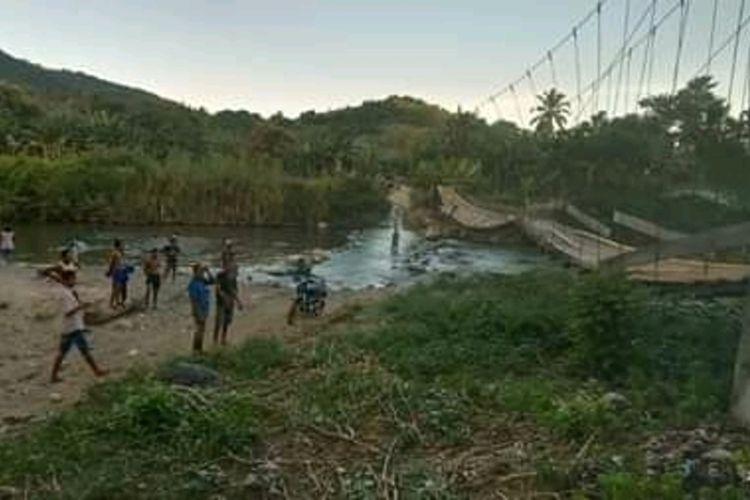 Foto :Jembatan gantung yang menjadi pengubung utama akses transportasi menuju Desa Korobhera, Kecamatan Mego, Kabupaten Sikka, NTT ambruk, Senin (24/4/2020).