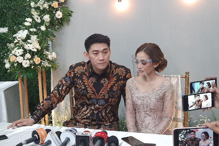 Ifan Seventeen akhirnya resmi melamar Citra Monica untuk menjadi istrinya. Prosesi lamaran digelar secara tertutup hari ini, Selasa (6/4/2021), di Jakarta Selatan.