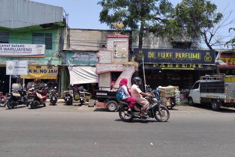 Kondisi patung garuda pancasila di puncak tugu depan Pasar Warujayeng yang dirusak Suwito, warga setempat yang berstatus ODGJ, Kamis (7/10/2021).