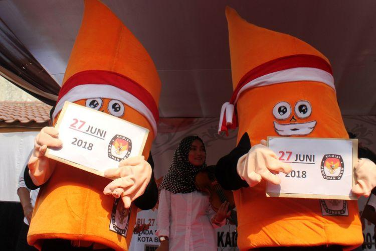Boneka maskot berbentuk bambu runcing dengan mengenakan pakaian pangsi beraksi  saat peluncuran Maskot Pemilihan Kepala Daerah (Pilkada) Kota Bekasi 2018, di Bekasi, Jawa Barat, Minggu (10/9). Komisi Pemilihan Umum Kota Bekasi secara resmi meluncurkan Maskot yang diberi nama SiBeksi itu sebagai sarana mensosialisasikan kepada masyarakat untuk gunakan hak pilihnya pada Pilkada Wali Kota dan Wakil Wali Kota Bekasi, 27 Juni 2018 mendatang. ANTARA FOTO/Risky Andrianto/pd/17