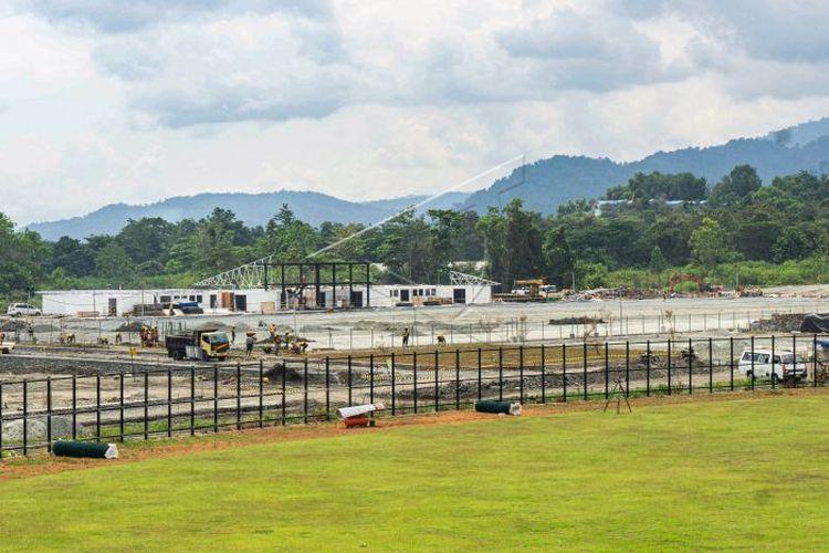 Pekerja menyelesaikan pembangunan venue cabor Rugby di Doyo Baru, Kabupaten Jayapura, Papua, Selasa (24/8/2021). Pembangunan venue rugby PON XX Papua yang berada di kawasan tanah milik AURI, Sentani, Kabupaten Jayapura tersebut menelan anggaran Rp22 miliar dan telah mencapai 50 persen.