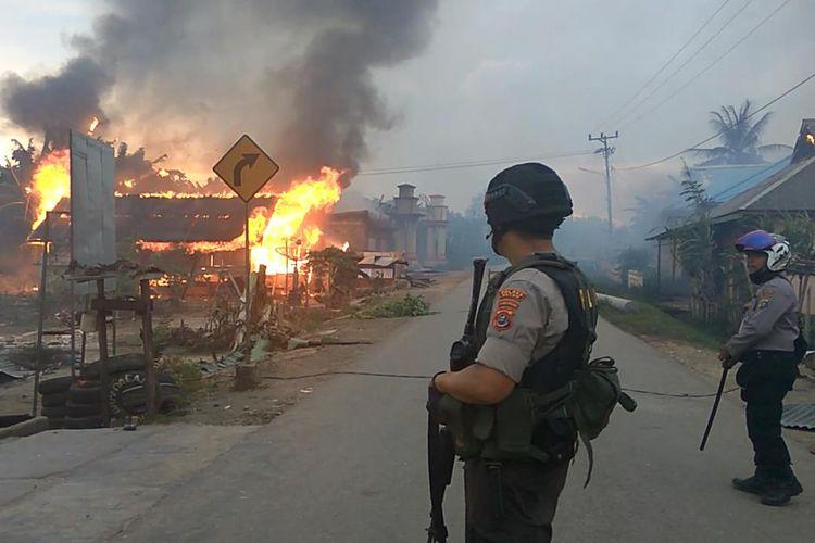 Sekitar 87 rumah warga Desa Gunung Jaya, Kecamatan Siotapina, Kabupaten Buton, Sulawesi Tenggara, dibakar sekelompok pemuda dari desa tetangganya, Desa Sampuabalo, Rabu (5/6/2019) sore.