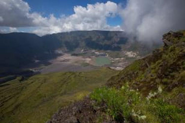 Lanskap kaldera Gunung Tambora, Dompu, Nusa Tenggara Barat, Minggu (22/3/2015). Kaldera memiliki luas diameter 7 kilometer yang terbentuk akibat letusan dahsyat pada tahun 1815.